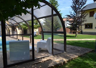 Chalet de lujo junto a la Ciudadela, en el centro de Jaca, con piscina privada, gimnasio y extenso jardín. Ideal para familias, bodas u otros eventos.
