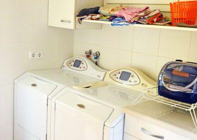 Cuarto de lavadoras completamente equipado