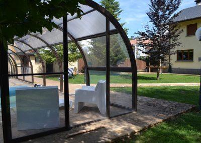 Piscina y jardín de la Casa de Pico Collarada de Jaca