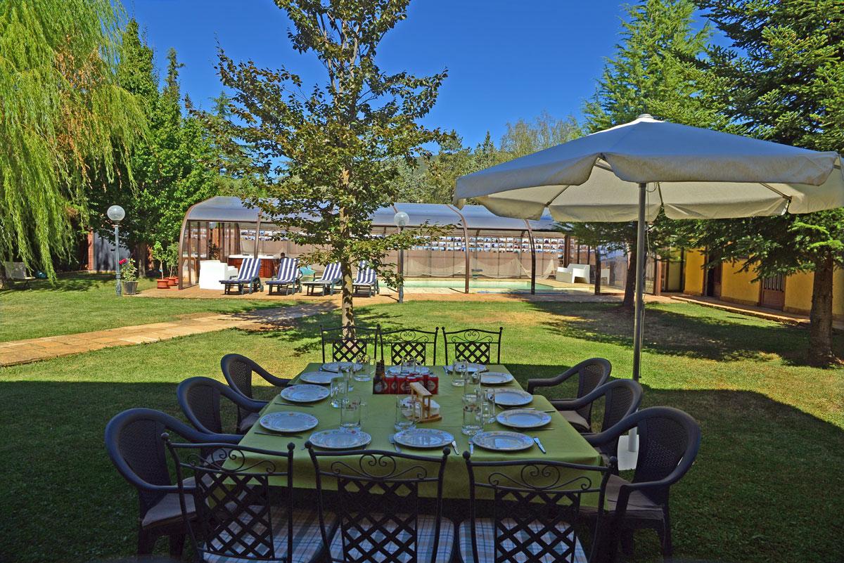 Alquiler de turismo en jaca junto ciudadela jard n y for Piscina ciudad jardin sevilla