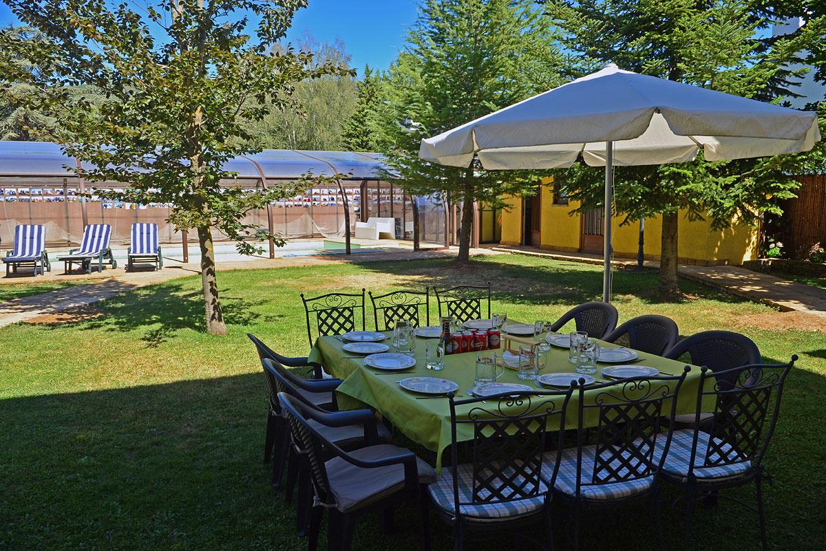 Alquiler de turismo en jaca junto ciudadela jard n y for Decoracion jardin piscina