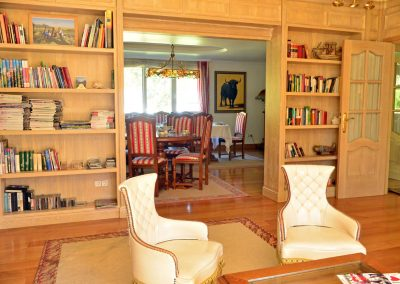 Salón comedor, zona de biblioteca y TV, salita acristalada... diferentes ambientes para su comodidad